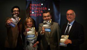 El premiado Manuel Barea, la diputada María Jesús Puchalt, Lorenzo Silva y el director de la Alfons, Vicent Ribes, en el Muvim. / TANIA CASTRO
