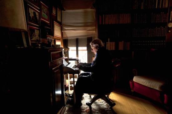 El novelista Francisco González Ledesma, ante la máquina de escribir en su domicilio de Barcelona en abril de 2010. / CARMEN SECANELLA